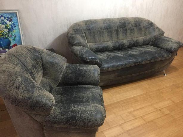 Диван двухместный,кресло мягкое удобное. Кож зам, в хорошем состоянии.