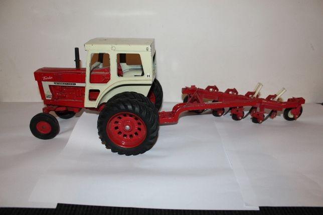 macheta, jucarie din metal, tractor cu plug