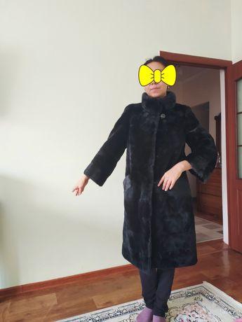 Женская шуба-мутон, 44- 46р, черного цвета. Есть норковые вставки.