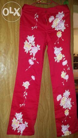 Червен панталон на цветя