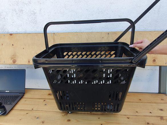 Пазарска кошница с дръжки и колелца.