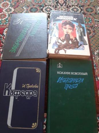 Книги в твёрдом переплете.