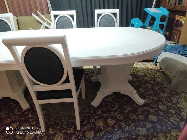 Продаётся большой белый стол и 6 стульев.