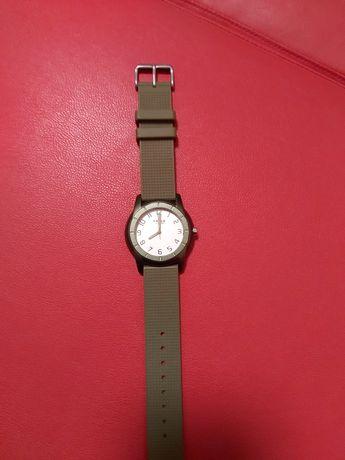 Ceas de vânzare ceasul este funcțional ceasul este electronic