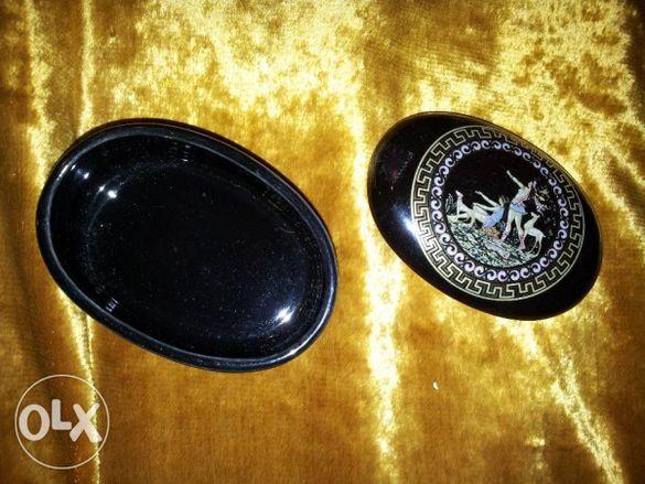 кутия за бижута с позлатена рисунка