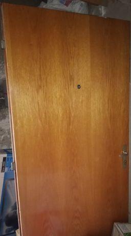 Продавам входна врата