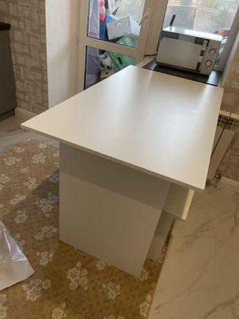 Продам белый стол и 4 стульчиками