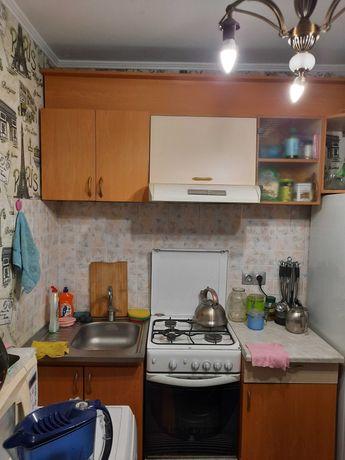 Кухонный гарнитур, газовая плита, вытяжка