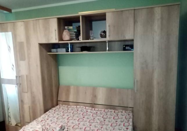 Vând pat cu saltea cu 2 sertare pt depozitare  cu mobilă