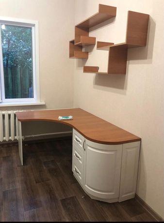 Стол письменный угловой с тумбочкой в комплекте