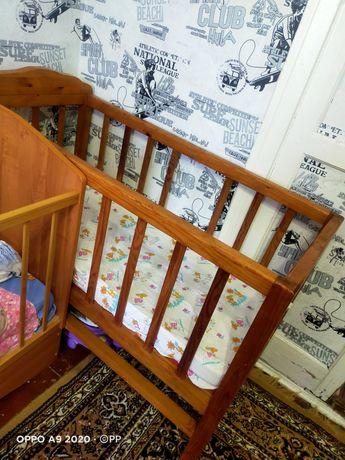 Продам детскую кроватку из дерева