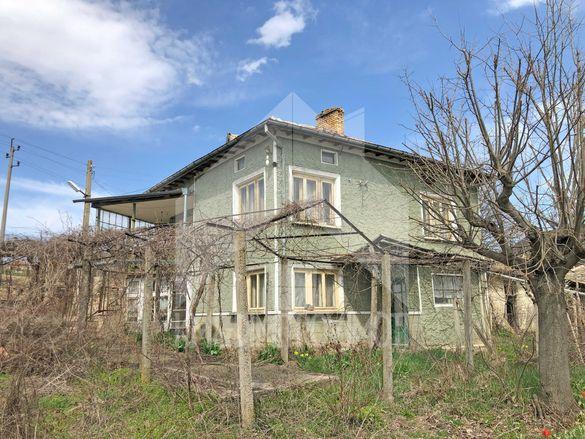 Двуетажна, еднофамилна къща с 5 ДКА двор, кладенец и ПАНОРАМА! Шумен