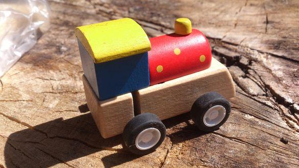 Дървено локомотивче- навиващо Размери: 7х5х5,6 см