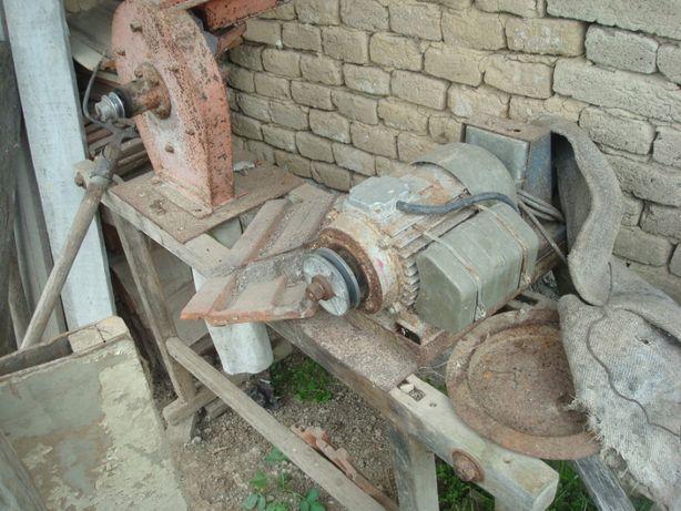 Moara macinat porumb cereale faina pe cadru motor 2KW