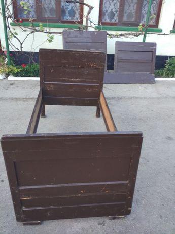 Două paturi țărănești din lemn