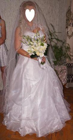 Булчинска рокля, воал и декоративно цвете за коса