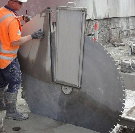 Резка бетона и демонтаж конструкции.