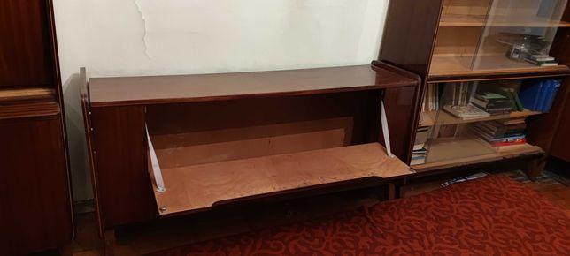 Сервант чешский добротный деревянный , состояние отличное ,мебель