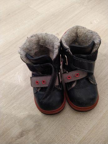 Продам зимнюю детскую обувь. Очень теплые. Натуральная кожа и  мех