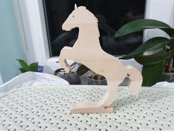 Дървена фигура кон
