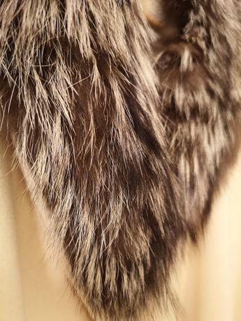 Дамско палто с яка от естествена лисица.