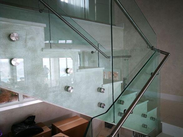 стъклени парапети по стълбища