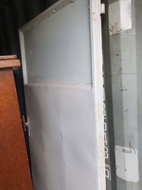 usa metalica alba cu geam sticla