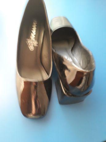 Pantofi din lac pentru dame.