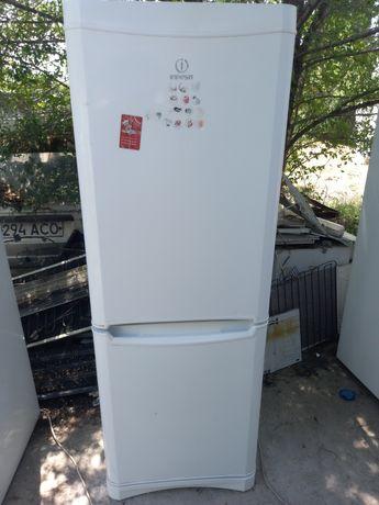 Холодильник Indesit двухкамерный.