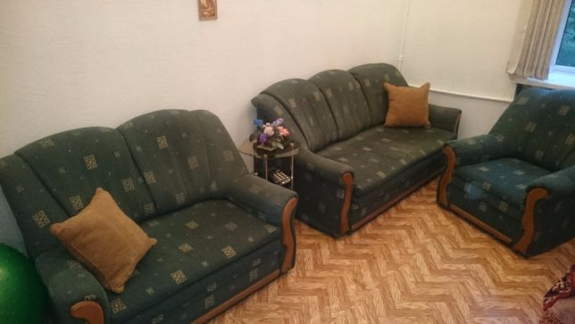 Мягкие диваны и кресло.