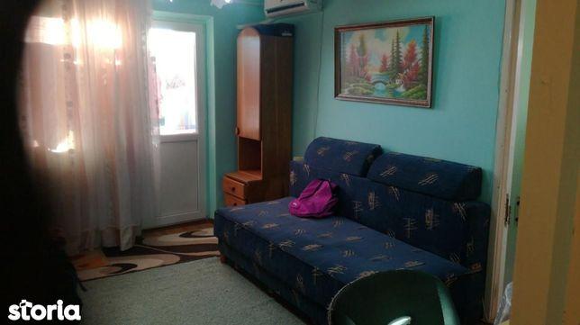 Închiriez o cameră în apartament zona CORA(la un baiat)