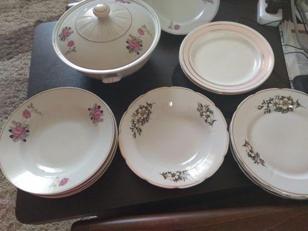 Суповница и большие глубокие и плоские тарелки по 4 штуки.