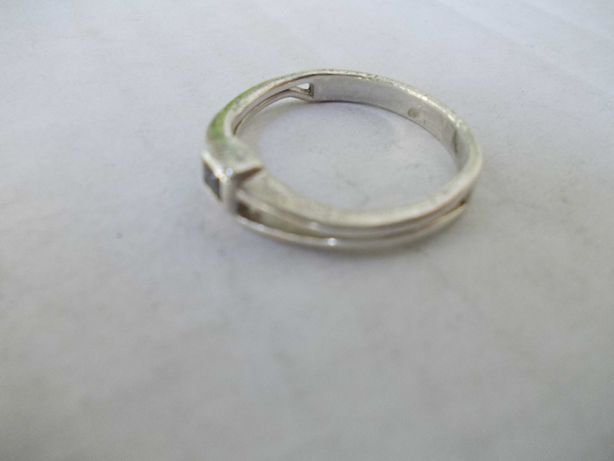 Inel vechi din argint cu piatra alba