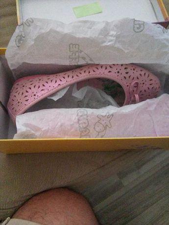 Розови обувчици ном.31 стелка 19.5 много запазени без забележки.