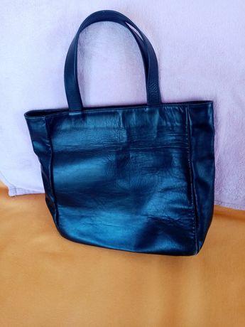 Голяма, черна чанта от естествена кожа.