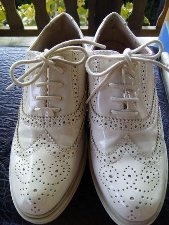 Обувки лачени и кецове на платформа