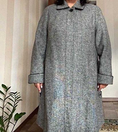 Демисезонное шерстяное пальто отличного качества