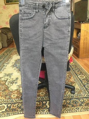 Серые джинсовые штаны