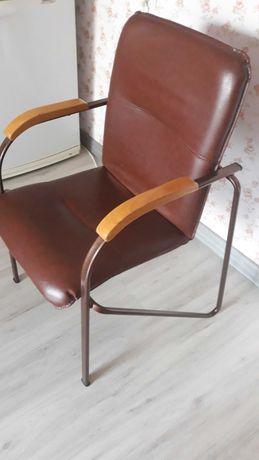 Кресло кожаное, бу, металлические ножки, с подлокотниками