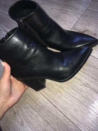 Обувь, в хорошем состояни, но есть одна царапинка