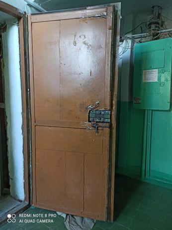 Продаю входную железную дверь