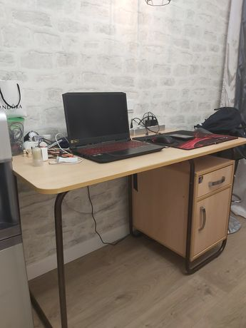 Письменный стол на металлической основе