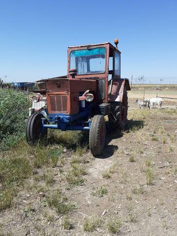 Vind tractor u 650 cu utilaje s-au schimb   tractorul cu unu mai mic