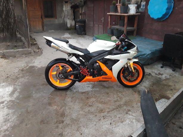 Yamaha r1  2005 .