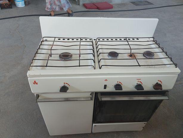 Газовая плита в отличном состоянии, была на природном газе.