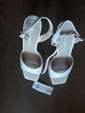 Бели сандали, Tendenz
