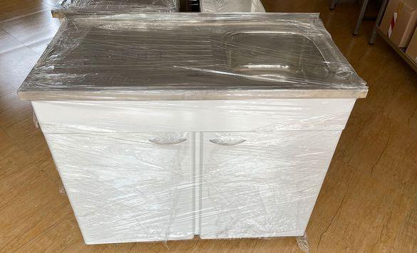 Мивка с умивалник разположен вдясно и прахово боядисан шкаф
