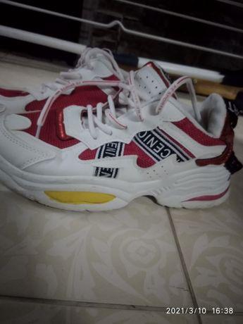 Продам летние кросовки красно белого цвета. Удочные, хорошего качества