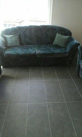 Продавам холов диван с два фотьойла и подарък холна масичка