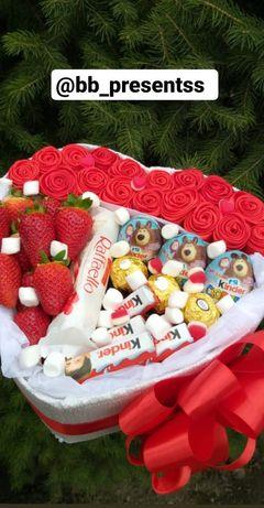 Доставка подарков из клубники и сладостей.